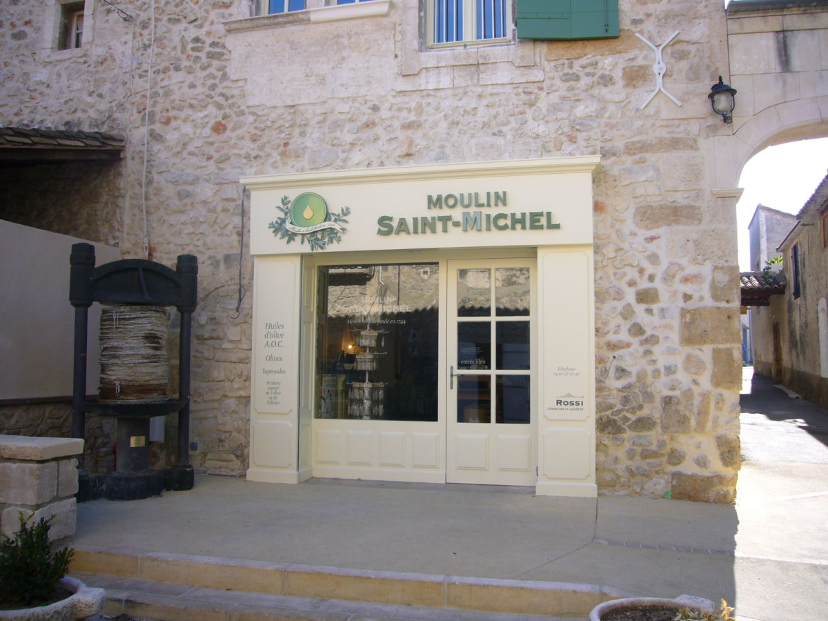 Huile-olive-moulin-saint-michel-remy-provence-magasin